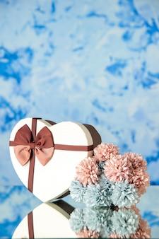 Vista frontale regalo di san valentino con fiori su sfondo azzurro matrimonio colore passione famiglia bellezza amore sentimenti