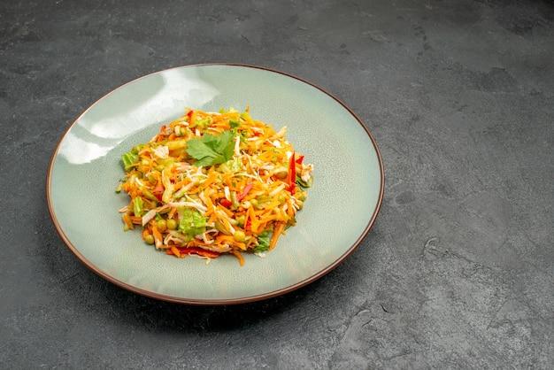 Insalata di pollo vegetale vista frontale all'interno del piatto sul cibo dietetico dell'insalata di salute della tavola grigia