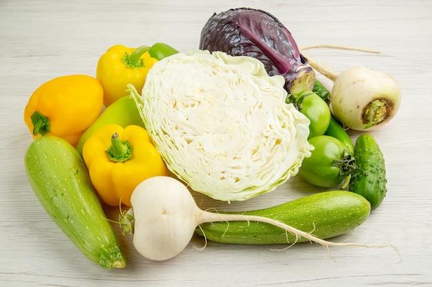 전면보기 야채 구성 양배추 벨 고추와 무 흰색 배경 식사 색상 익은 샐러드 사진 익은 많은