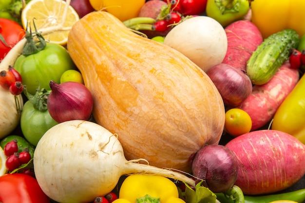 Vista frontale composizione vegetale verdure fresche con zucca su scuro vita sana pianta colore maturo dieta cibo insalata frutta