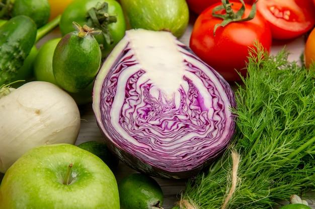 Вид спереди овощная композиция с фруктами на белом фоне диетический салат здоровье спелые цветные фото