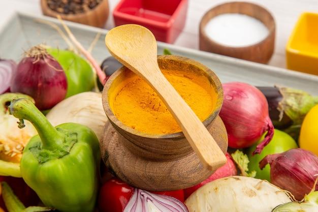 正面図白い背景色の調味料と野菜の組成写真健康的な生活サラダ食事熟した野菜