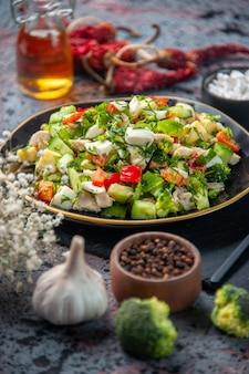 正面図の野菜サラダは、青い背景のプレート内のキュウリチーズとトマトで構成されています