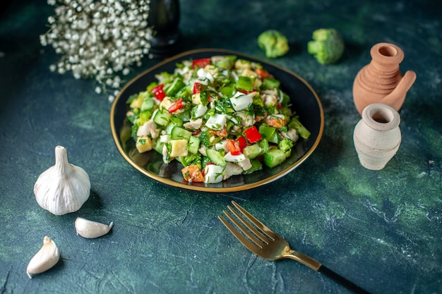正面図の野菜サラダは、紺色の背景にキュウリのチーズとトマトで構成されています