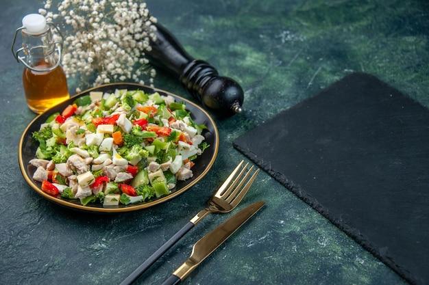 Vista frontale insalata di verdure con formaggio sulla superficie scura ristorante pasto colore salute pranzo dieta cibo fresco cucina
