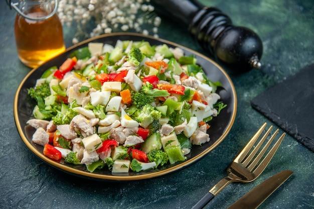 正面図暗い表面にチーズと野菜のサラダレストランの食事の色ランチダイエット食品新鮮な料理