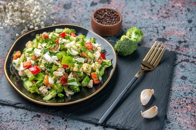 어두운 표면에 포크로 전면보기 야채 샐러드 건강 식품 레스토랑 컬러 요리 잘 익은 점심 다이어트