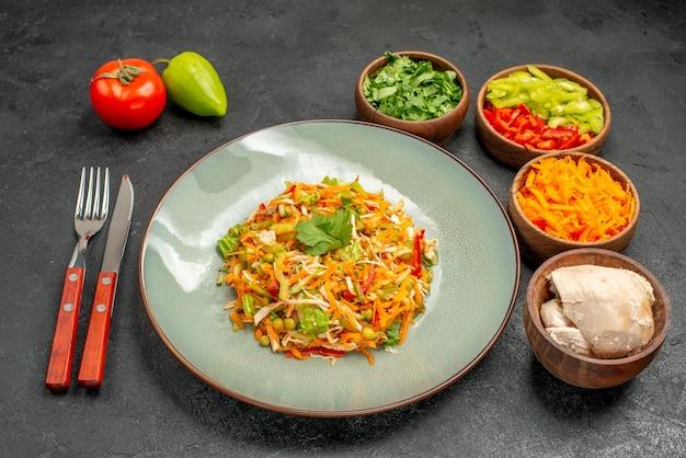 Insalata di verdure vista frontale con ingredienti su tavola grigia dieta alimentare per insalata salutare