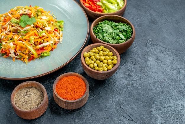 ダークテーブルサラダ熟した食事の色の食事療法の材料と正面の野菜サラダ
