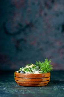暗い背景の小さな鍋の中にマヨネーズと緑の正面図野菜サラダ