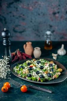正面図紺色の表面にマヨネーズとオリーブを添えた野菜サラダ飲み物食事休日健康料理写真色キッチンパン