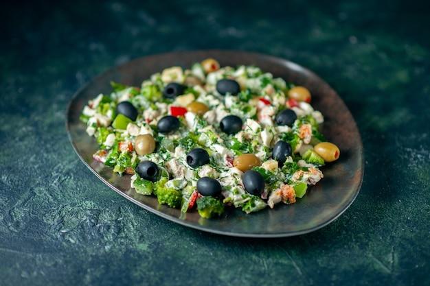 濃紺の表面にマヨネーズとオリーブを添えた正面野菜サラダ