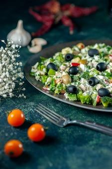 正面図紺色の表面にマヨネーズとオリーブを添えた野菜サラダ食事休日料理写真ディナーカラー