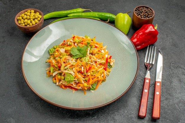 灰色のテーブルの健康サラダ食品ダイエットにピーマンと正面図野菜サラダ
