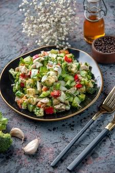 暗い表面に調味料とニンニクを添えた正面図野菜サラダレストラン生鮮料理ランチダイエット健康