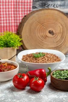 흰색 공간에 메밀과 토마토와 전면보기 야채 스프
