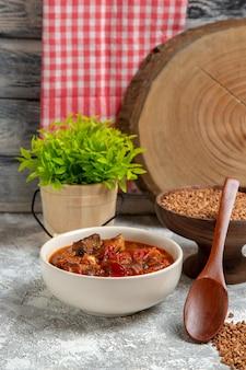 Zuppa di verdure vista frontale con grano saraceno su spazio bianco