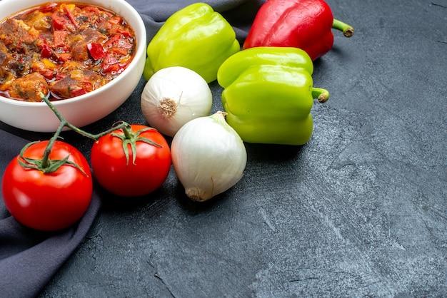 Овощной суп, вид спереди со свежими овощами на сером пространстве