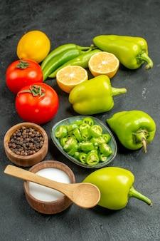 正面図野菜組成赤トマトピーマンとレモン暗い背景の食事サラダ健康ダイエット写真食品