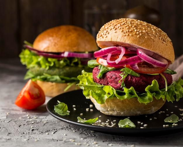 プレート上の正面図ベジタリアンハンバーガー