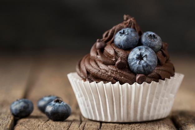 Vista frontale vista gustoso cupcake con mirtilli
