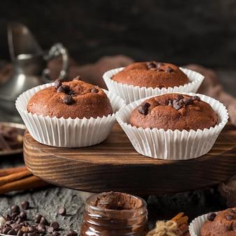 Vista frontale vista gustoso cupcake con cioccolato e patatine