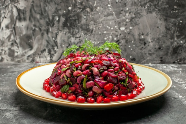 暗い背景に豆とビートの正面図ビネグレットサラダ