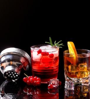 Vista frontale vodka mirtillo rosso e whisky con arancia