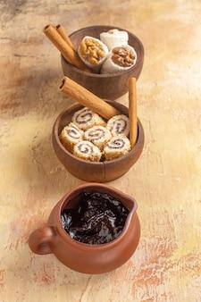 Vista frontale di confetture di noci con cannella su superficie in legno