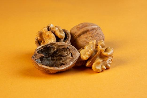 Вид спереди грецких орехов на горчице
