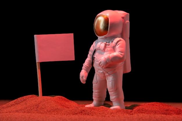 Vista frontale dell'astronauta bianco con bandiera bianca su fondo nero