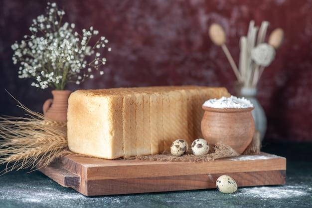 Вид спереди белый хлеб на темном фоне чай завтрак цветная выпечка выпечка утренняя булочка тесто выпечка свежий