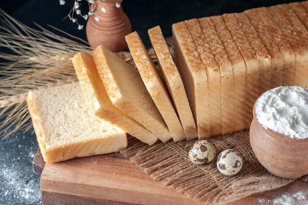 暗い背景の正面図白パンお茶の朝食生地の色ペストリーベーカリー朝パンフードケーキ焼き