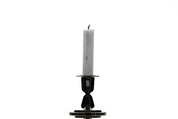 Vista frontale della candela bianca su sfondo bianco guerra funerale in palestina morte