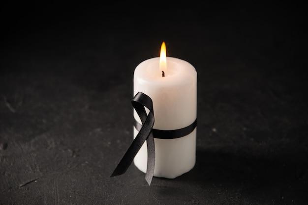 Vista frontale della candela bianca con il nero