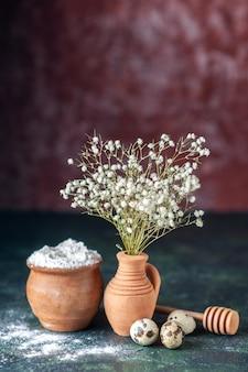 어두운 배경에 메추라기 알과 밀가루가 있는 전면 보기 흰색 꽃 아름다움 나무 색상 사진 자연 음식 새