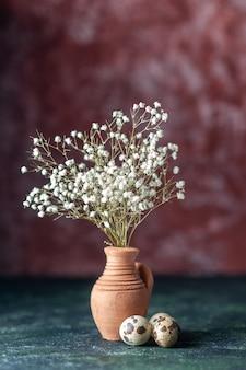 어두운 배경 아름다움 나무 가지 색상 사진 자연 음식 새에 메추라기 알과 전면보기 흰색 꽃