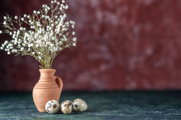 어두운 배경 아름다움 나무 색상 사진 자연 음식 새에 메추라기 알과 전면보기 흰색 꽃