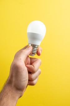 노란색 배경 종이 컬러 사진 드로잉 메모장 학교 대학에 남성 손에 전면보기 흰색 전구