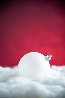 Вид спереди белый елочный шар