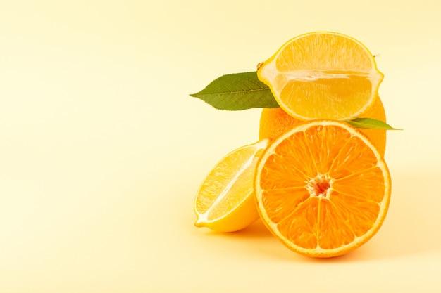 Una vista frontale intera arancia e pezzo affettato con fette di limone fresco maturo succosa dolce isolato su sfondo crema di agrumi arancia