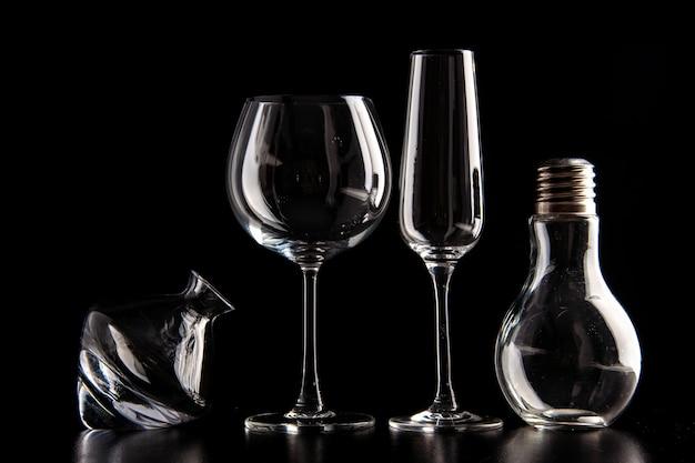 Bicchieri da vino vista frontale diversi formati sulla bevanda alcolica di natale champagne di colore nero
