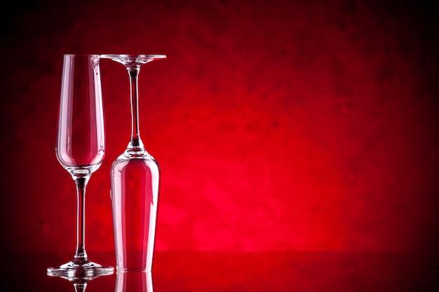 正面図のワイングラス1つは逆さまです