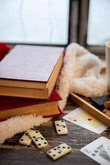 Assortimento di intimità invernale vista frontale con pezzi del domino