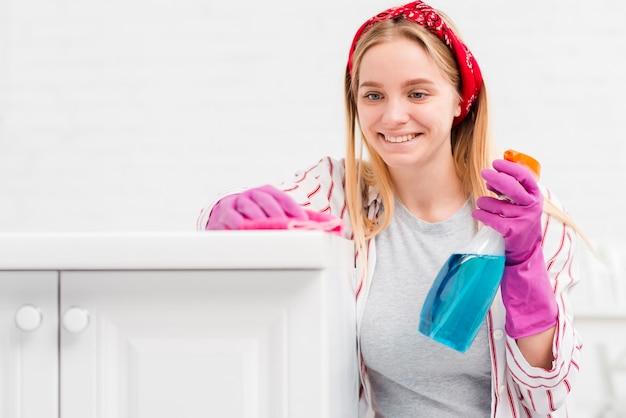 Вид спереди женщина у себя дома уборка