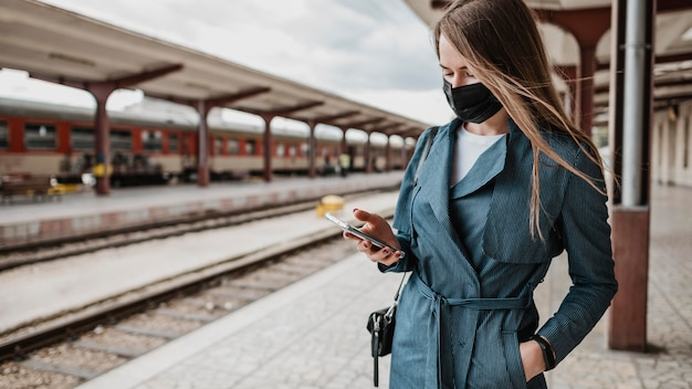 駅の正面の女性