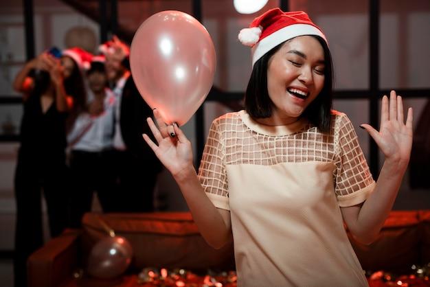 大晦日のパーティーで幸せな正面図の女性