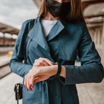 Вид спереди женщина, проверяющая время