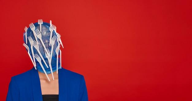 プラスチック製の食器で覆われた正面図の女性