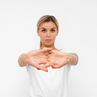Vista frontale della donna che fa esercizi di fisioterapia